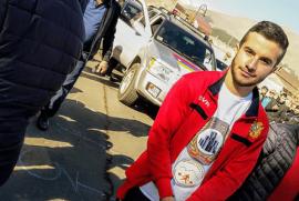 17 yaşındaki Ermeni genç dişleriyle 5 araba çekti ve Guinnes rekorlar kitabına girdi